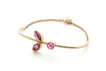 1c43d0558e1 Leaf armbånd med granater. $ 2.700,00. Vælg muligheder · Ring med blå sten  · 18kt Guld · Design Edith Hegedüs
