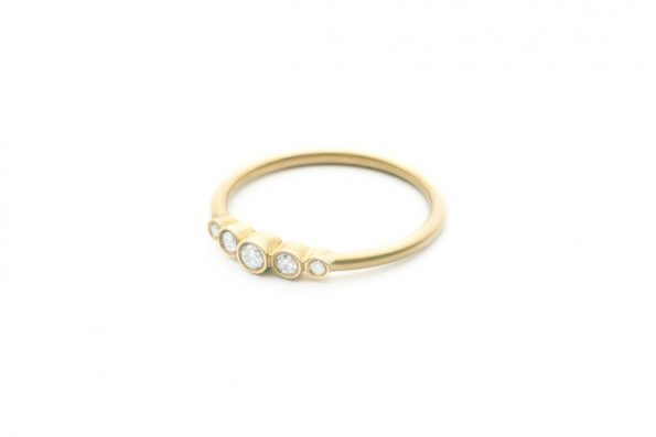 Klassisk forlovelsesring · Stella ring med diamanter · Design Edith Hegedüs