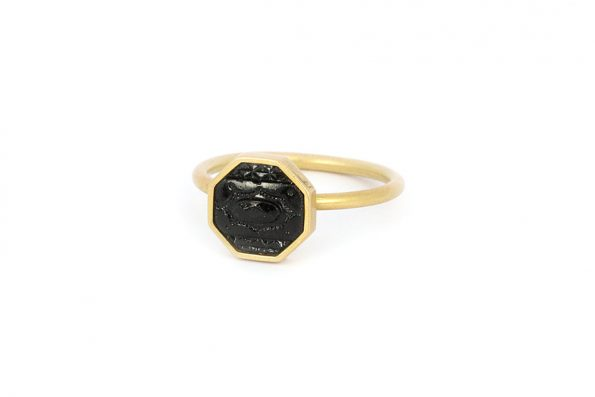 "18kt guldring · Noir ring ""Dinah"" med sort glasknap · No.10 Edith Hegedüs"